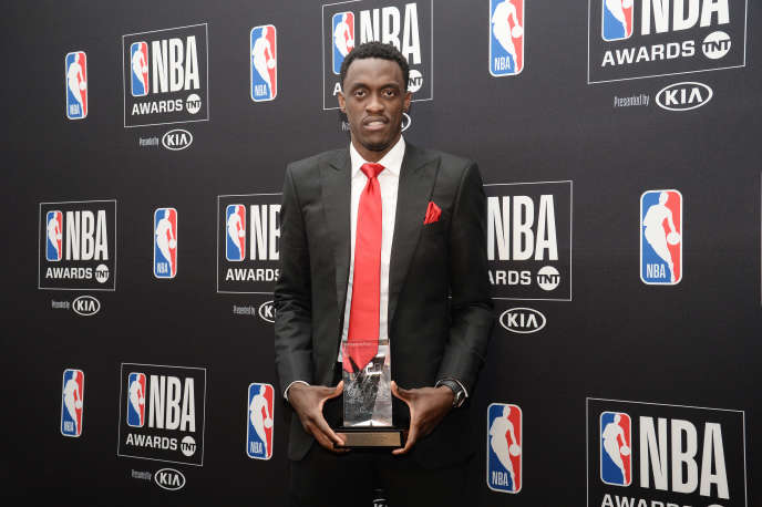 Pascal Siakam reçoit le prix du« Most Improved Player» de NBA, le 24juin 2019, à Los Angeles.
