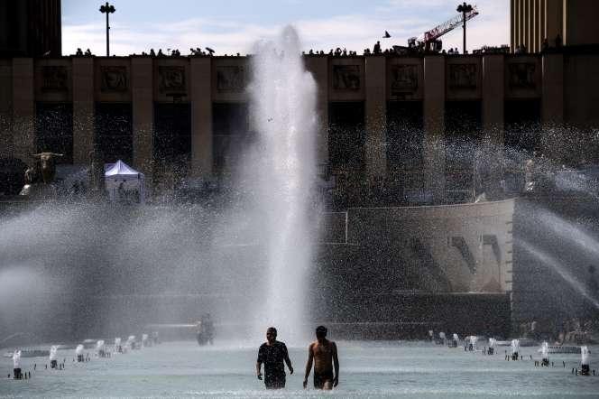 Sur l'esplanade du Trocadero à Paris, des baigneurs profitent de la fontaine sous 33 °C, le 24 juin 2019.