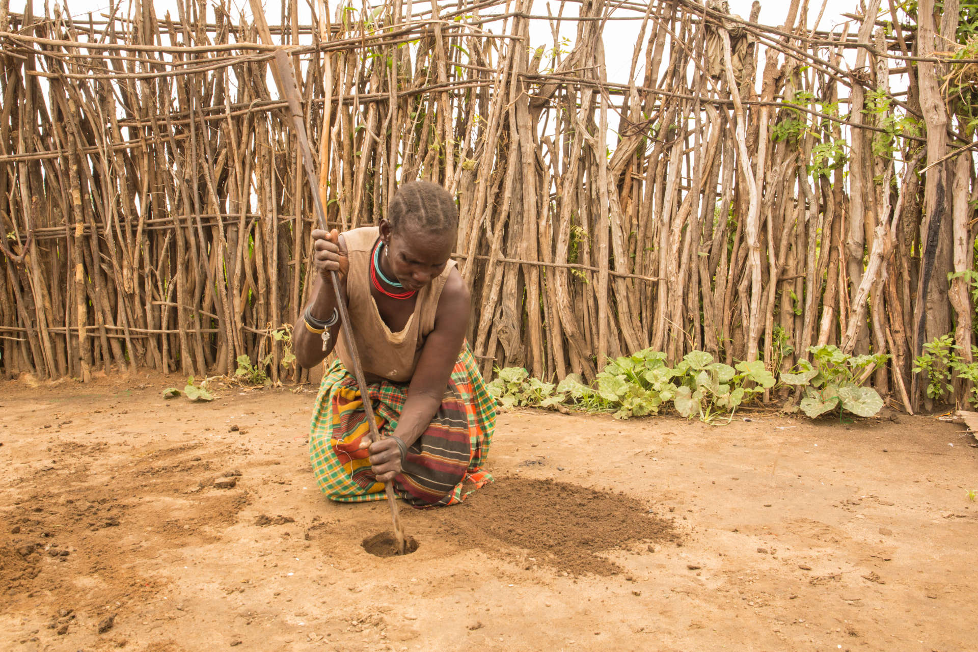 Dans la région du Karamoja, en Ouganda, Munyes, 44ans, explique qu'elle creuse un trou dans la terre et s'assoit dessus. «C'est très pratique parce que ça coûte moins cher que des serviettes hygiéniques et que parfois on n'a pas le temps d'aller jusqu'à une boutique quand les règles commencent. Je ne veux pas courir et montrer aux autres mon sang, je préfère creuser ce trou et m'y asseoir.»