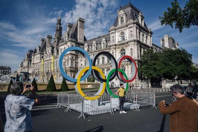 Les anneaux olympiques devant l'hôtel de ville de Paris, le 23 juin 2018.