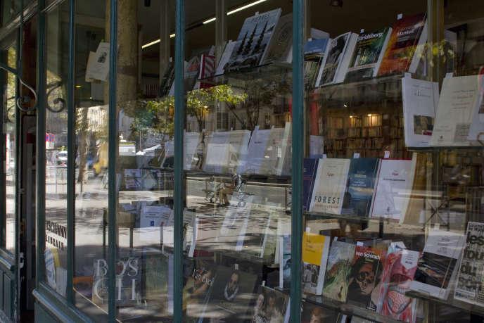«De plus en plus, des librairies, acculées à trouver des économies, réduisent leurs équipes et leurs stocks, menaçant leur cœur de métier» Photo : vitrine de la librairie Tschann, 125, boulevard du Montparnasse, Paris VIe.