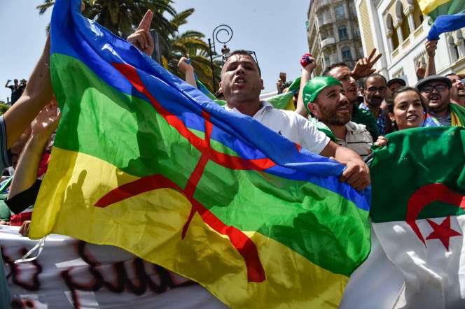 Des manifestants brandissent un drapeau amazigh (berbère), à Alger, le 21 juin.