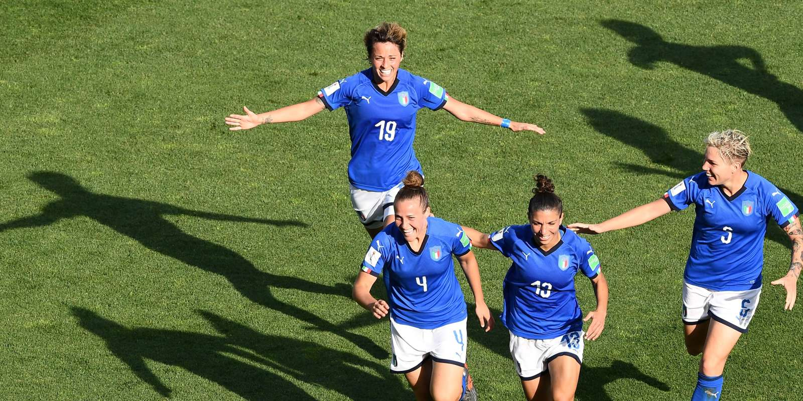 Les Italiennes célèbrent leur premier but face à la Chine en huitième de finale de la Coupe du monde féminine mardi 25 juin à Montpellier. (Photo by Boris HORVAT / AFP)