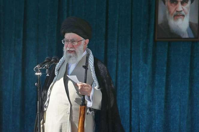 Le Guide iranien Ali Khamenei, tenant une arme pendant son sermon de l'Aïd-el-Fitr, le 5 juin à Téhéran, sur une photo de propagande.