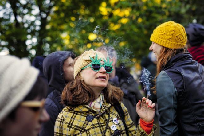 Le Canada est devenu en 2018 la première nation du G7 à autoriser la marijuana à des fins récréatives, sur une promesse électorale de Justin Trudeau.