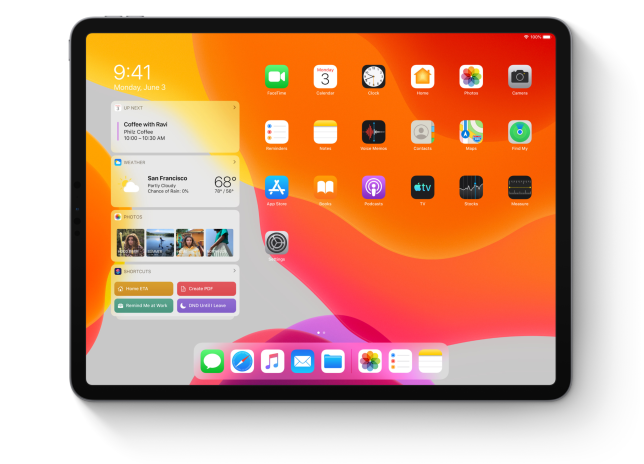 La photo promotionnelle d'Apple montre un iPad surchargé d'icônes dans la barre du bas, et d'informations dans le volet de gauche. Mais lorsqu'on installe iPadOS, on constate que la page d'accueil est en réalité moins chargée, à moins qu'on désire l'enrichir.