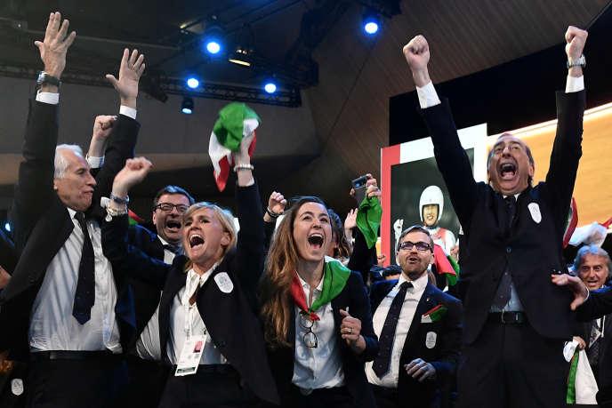 A Lausanne (Suisse), le 24 juin, la délégation italiennese réjouit de la victoire de Milan et de Cortina pour l'accueil desJeux d'hiver de 2026.