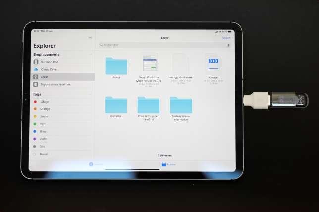 Cette clé USB tout à fait classique s'insère dans l'iPad Pro grâce à un petit adapteur USB-C vers USB qu'on trouve à partir de 5 euros.