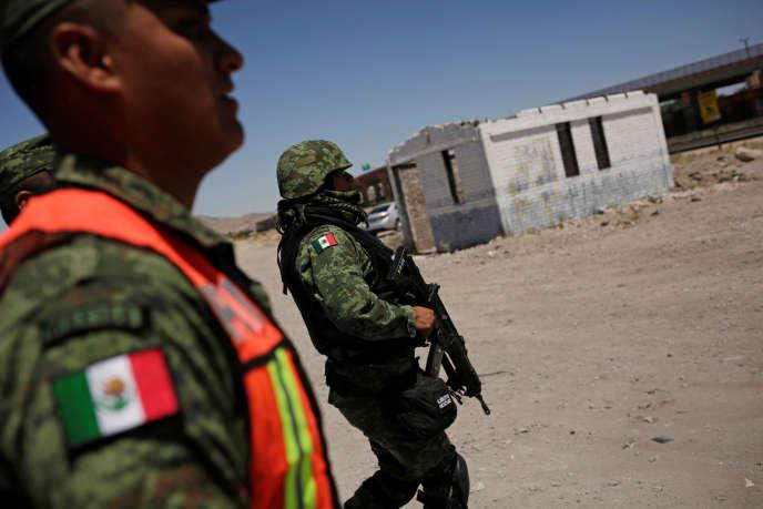Des membres de la garde nationale mexicaine à la frontière entre le Mexique et les Etats-Unis, à Ciudad Juarez (Mexique) le 24 juin.