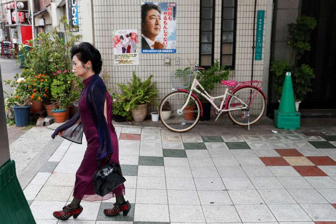 Dans les rues d'Osaka, un poster du premier ministre japonais, Shinzo Abe, le 26 juin.