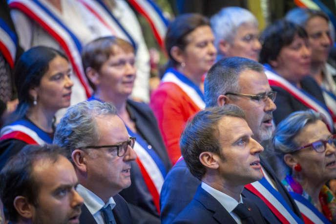 «Il est temps de donner enfin la parole aux Français !» (Emmanuel Macron et Richard Ferrand, président de l'Assemblée nationale, participent aux premières Assises des maires de Bretagne dans le cadre du « grand débat national» à Saint-Brieuc, le 3 avril).