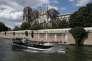 Un bateau de tourisme sur la Seine, au niveau de la cathédrale Notre-Dame, àParis, le 15 juin.