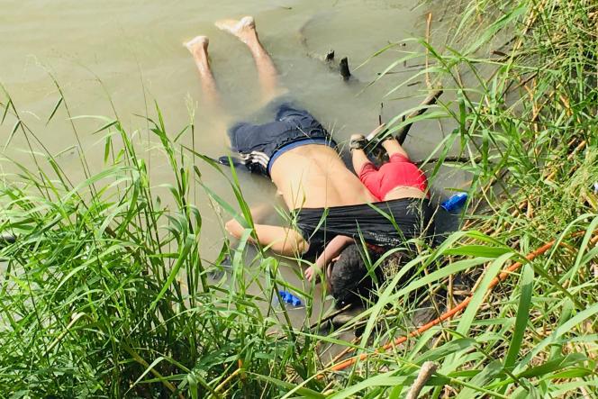 Les corps d'Oscar Alberto Martinez Ramirez et de sa fille Valeria, sur la rive mexicaine de Matamoros (Mexique), le 24 juin.