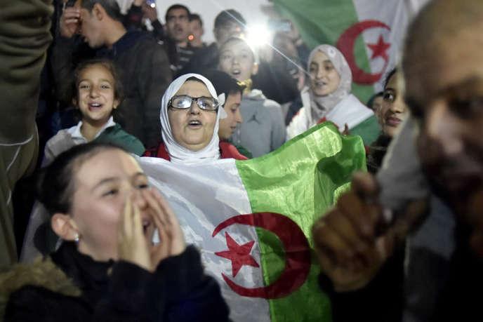 Des Algériennes dans la rue après la démission du président Bouteflika, à Alger, le 2 avril.
