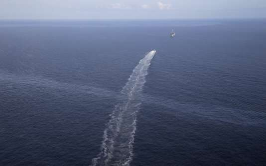Un navire ravitailleur traverse une nappe de pétrole, près du lieu de l'accident de Taylor Energy, dans le golfe du Mexique.