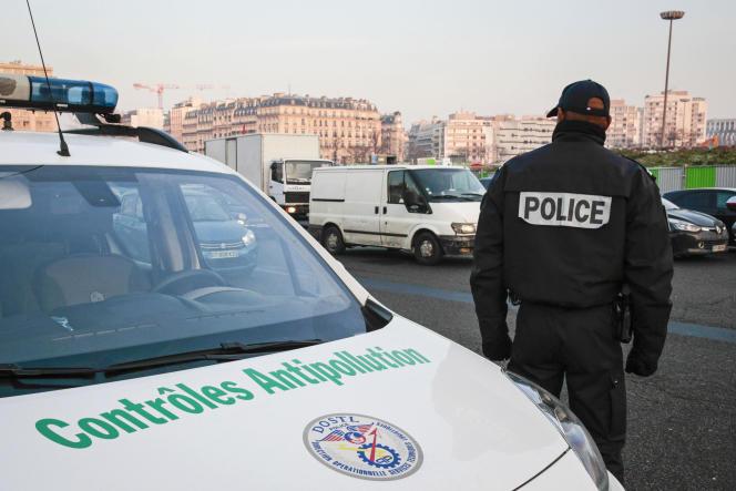 Des agents de police pratiquent des contrôles antipollution à Paris.