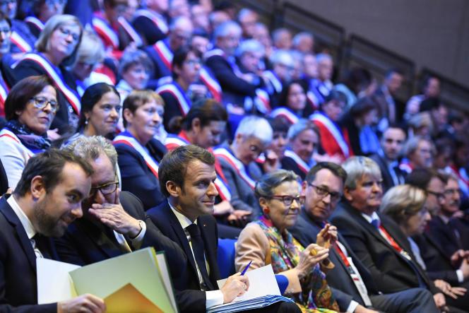 Emmanuel Macron assiste aux premières assises des maires bretons, à Saint-Brieuc (Côtes d'Armor), le 3 avril.