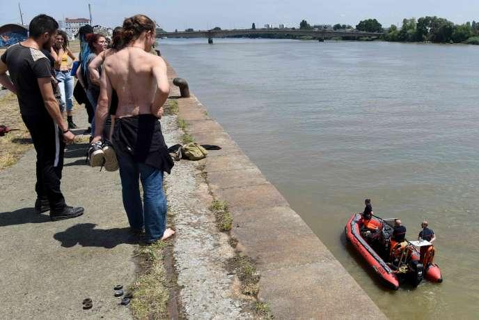 Des sapeurs pompiers continuaient leurs recherches le 25 juin, à Nantes.