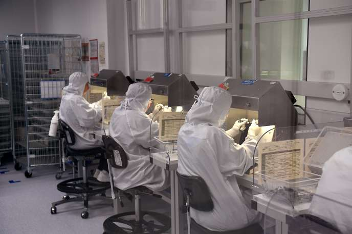 Des employés d'Allergan dans le laboratoire de Pringy (Seine-et-Marne), en septembre 2017.