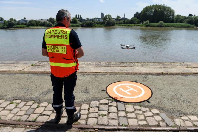 Le 25 juin à Nantes, un sapeur-pompier pilote un drone au-dessus de la Loire, à l'endroit où Steve Maia Caniço semble avoir disparu.