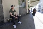 Un jeune homme vapote dans les rues de San Francisco, le 17 juin, alors que la ville vient de décider l'interdiction de la cigarette électronique.