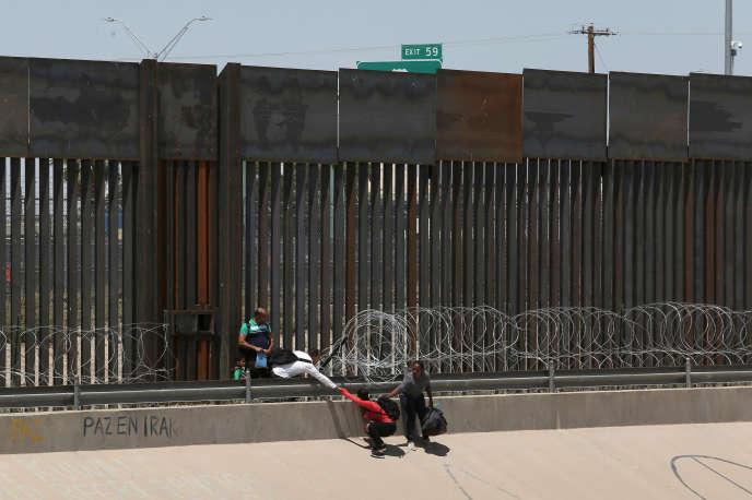 Des migrants passent illégalement la frontière entre les Etats-Unis et le Mexique à El Paso, au Texas, le 25 juin 2019.