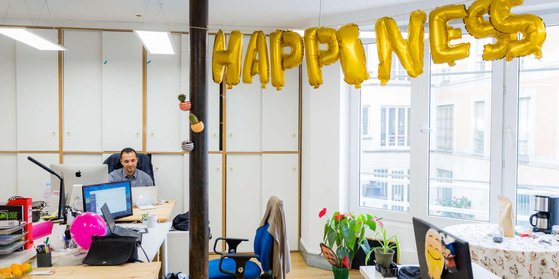 Salarié au travail dans les bureaux de la startup La Ruche Qui Dit Oui à Paris.