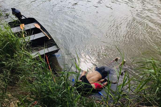 Les corps d'Oscar Martinez et de sa fille Angie Valeria, dans le rio Grande, à Matamoros (Mexique), le 24 juin.