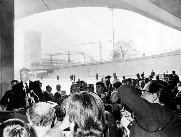 Pierre Messmer inaugure le dernier tronçon du périphérique parisien, sous l'échangeur de la porte Maillot, le 25 avril 1973.