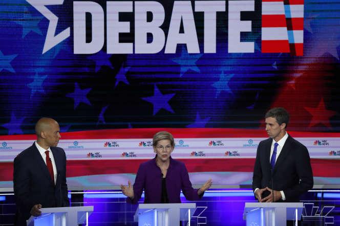 Elizabeth Warren lors du premier débat des primaires démocrates, entourée des candidats Cory Booker et Beto O'Rourke, à Miami, le 26 juin.