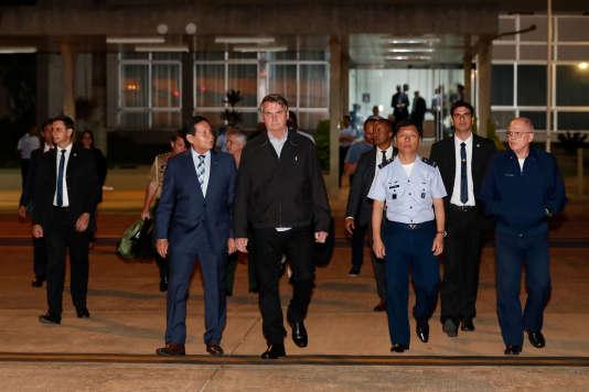 Jair Bolsonaro marche sur la base aérienne de Brasilia, pour se rendre au Japon à la réunion du G20, le 25 juin.