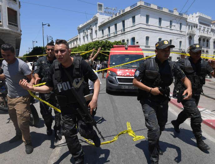 Les forces de sécurité tunisiennes sur l'avenue Bourguiba, à Tunis le 27 juin 2019.