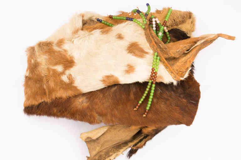 La jupe en peau de chèvre queLepera Joyce, 23 ans, utilise quand elle a ses règles, dans la région du Karamoja, en Ouganda.