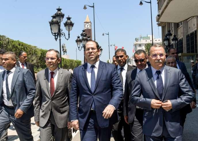Le premier minsitre tunisien Youssef Chahed (au centre), près du lieu de l'attentat-suicide, du 27 juin à Tunis.