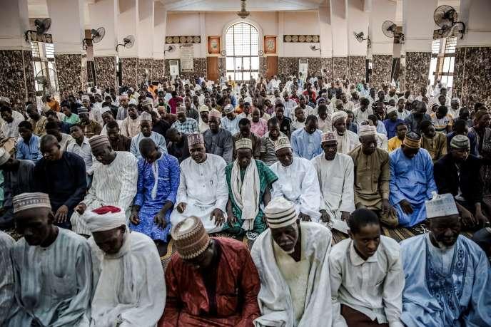 Des Peuls prient dans une mosquée de Sokoto, dans le nord du Nigeria, le 24avril 2019.
