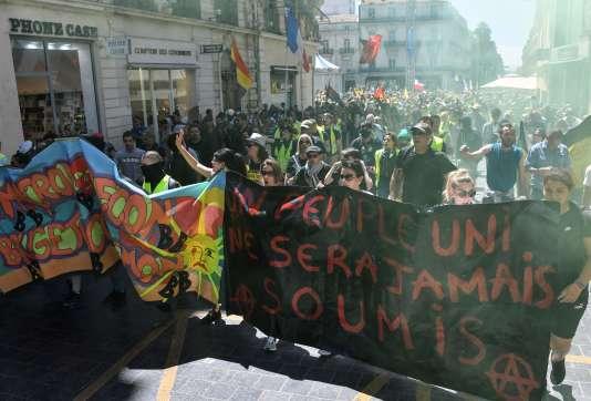 Des « gilets jaunes» manifestent dans les rues de Montpellier, le 8 juin.