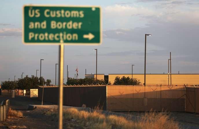 Les centres de la protection des douanes et des frontières (CBP), comme celui de Clint, au Texas,ont été récemment la cible d'une polémique sur les conditions de détention des migrantset comparés à des « camps de concentration » par Alexandria Ocasio-Cortez.