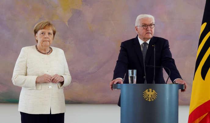 La chancelière Angela Merkel aux côtés duprésident allemand Frank-Walter Steinmeier, lorsde la cérémonie de prise de fonctions de la nouvelle ministre de la justice, au château de Bellevue à Berlin,le 27 juin.