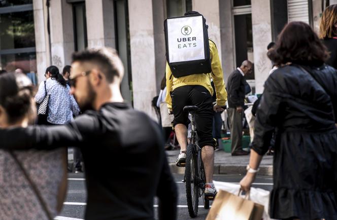Un livreur à vélo Uber Eats, au centre de Lille, en2017.