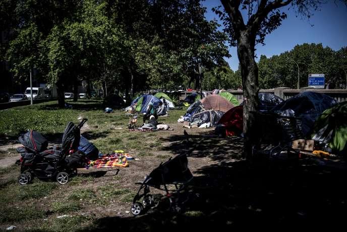 Des migrants dans un camp de fortune pour migrants et réfugiés, installé le long du périphérique de la porte d'Aubervilliers, dans le nord de Paris, le 15 mai 2019.