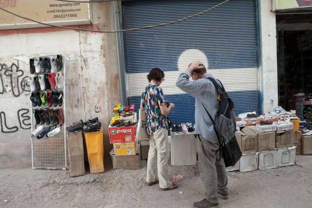 Les Lopez dans la rue principale d'Al-Maabadah, le 15 juin.