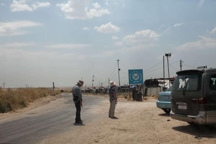 Marc et Suzanne Lopez devant le camp de Roj, en Syrie, où vivent leur belle-fille de 29ans et leurs quatre petits-fils, le 16 juin.