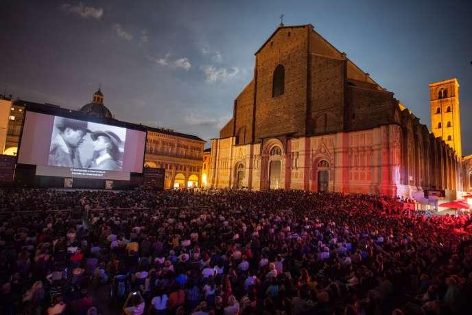 A Bologne, le temps fort du festival, est, chaque soir, la grande projection publique sur la piazza Maggiore, où les places s'arrachent pour admirer, sous les étoiles, des classiques.