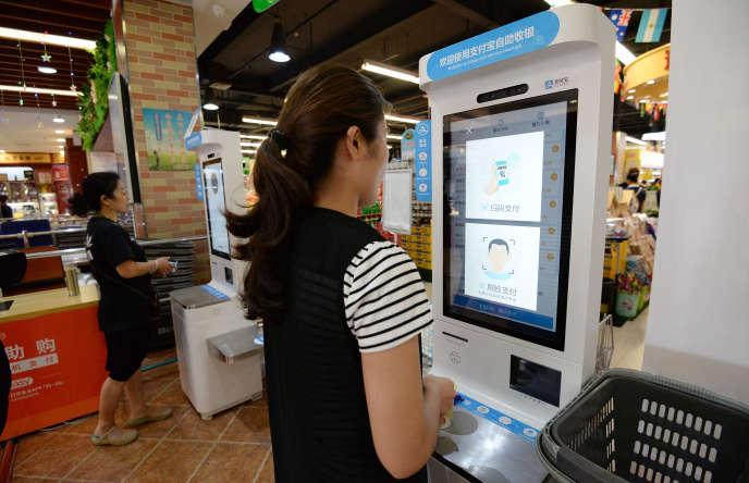Paiement par reconnaissance faciale d'Alibaba dans un supermarché de Handan, dans l'est de la Chine, le 20 juin.