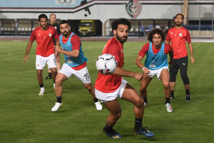 Les footballeurs égyptiens Mohamed Salah (au centre) et Amr Warda (en bleu à droite) lors d'un entraînement au Caire, le 19juin 2019.