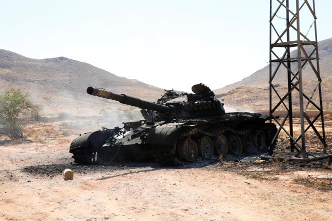 Un char de l'Armée nationale libyenne, dirigée par le maréchal Haftar, détruit lors de la bataille pour Tripoli, le 27 juin.