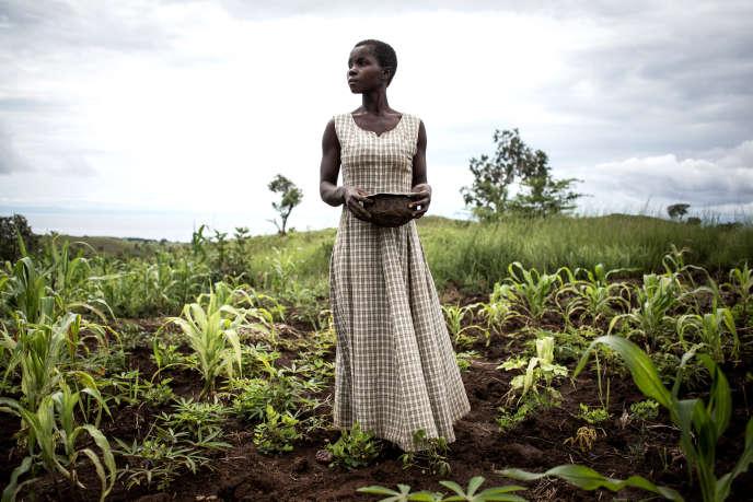 Une femme plante des graines dans un champ à Kabutunga, en République démocratique du Congo (RDC), en mars 2018.