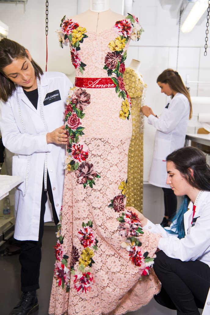 Des étudiantes travaillent sur une robe, à l'école Dolce & Gabbana, à Legnano, en Italie.