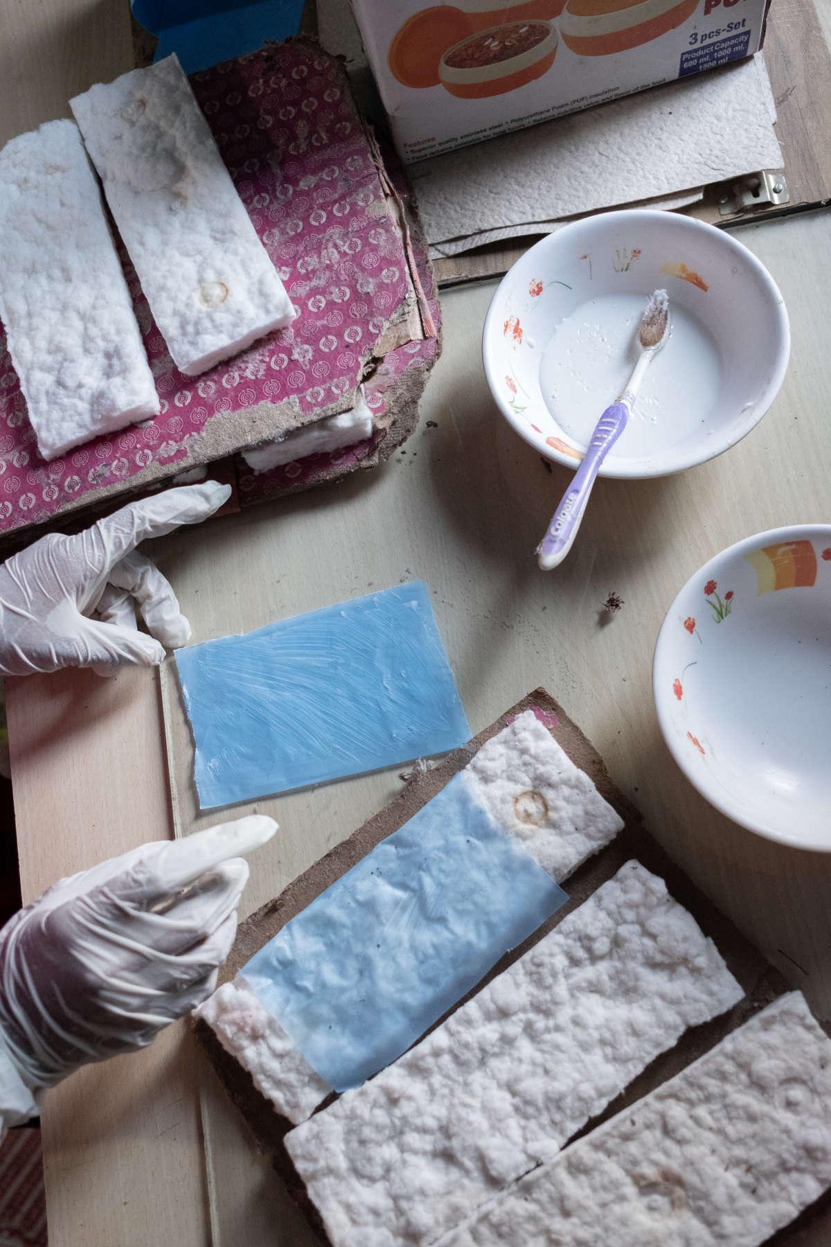 Une femme fabrique une serviette hygiénique durant une démonstration dans l'atelier de Chaya Kakade, le 13 juin.