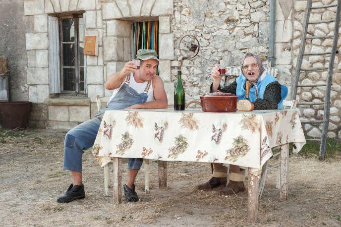Chistian et Maria Bodin, alias Jean-Christian Fraiscinet et Vincent Dubois, devant la ferme de Descartes (Indre-et-Loire) où ils jouent, depuis quinze ans, le spectacle « Grandeur Nature».